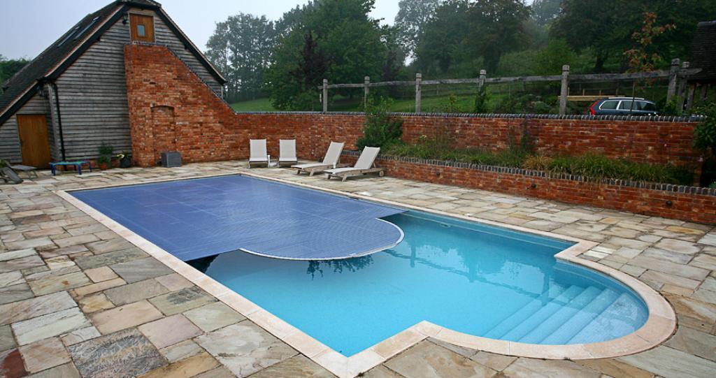 Exterior design mazeras stone art for Pool design company polen